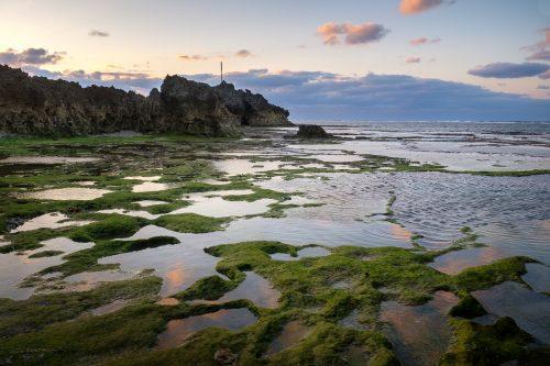 La baie proche du château de Nakijin à proximité de l'aquarium Churaumi sur l'île d'Okinawa, Japon