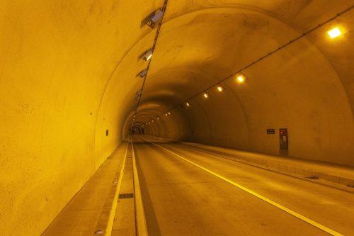 Passage sous un tunnel au détour de la Shimanami Kaido, dans la région de Setouchi au Japon