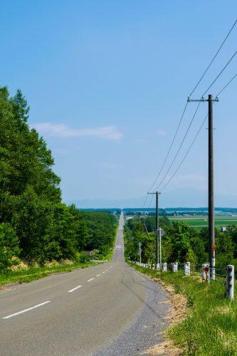 La route menant au paradis sur le circuit à vélo guidé à travers Koshimizu à Hokkaido, Japon