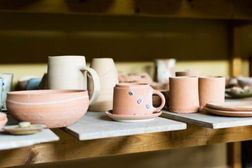 Créations exposées à l'atelier de poterie Hokujigama à Koshimizu, Hokkaido, Japon