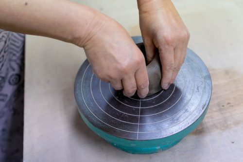 Modelage de l'argile à l'atelier de poterie Hokujigama à Koshimizu, Hokkaido, Japon