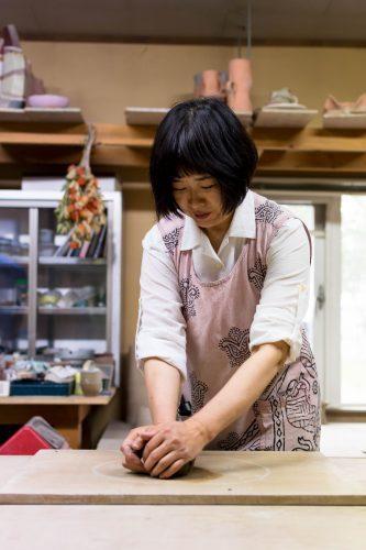 Professeur de poterie à l'atelier Hokujigama à Koshimizu, Hokkaido, Japon
