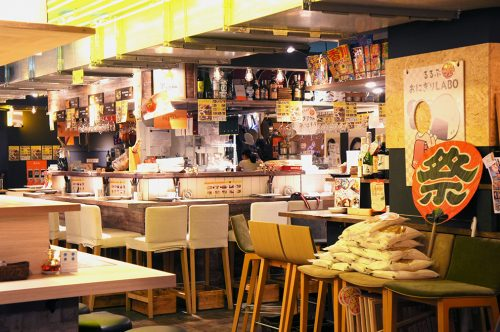 À l'intérieur du Karasuma Bar Yokocho, Kyoto, Japon