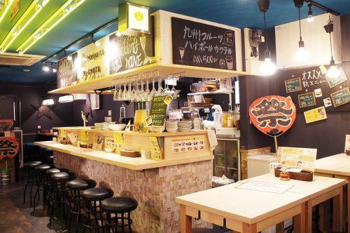 Bar à gyozas au Karasuma Bar Yokocho, Kyoto, Japon