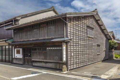 La belle façade d'un atelier d'impression sur toile de la ville de Murakami près de Niigata, Japon