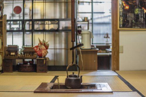 Foyer central d'un salon de thé de la ville de Murakami près de Niigata, Japon