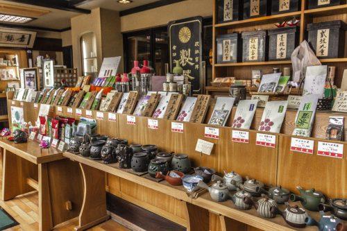 Sachets de thé et théières en vente dans la ville de Murakami près de Niigata, Japon