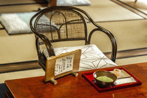 Présentation du thé dans un salon de thé traditionnel de la ville de Murakami près de Niigata, Japon