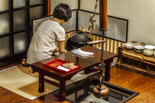 Préparation du thé matcha dans un salon de thé de la ville de Murakami près de Niigata, Japon