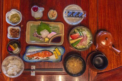 Petit déjeuner à l'auberge Goushikan près de Murakami dans la préfecture de Niigata, Japon