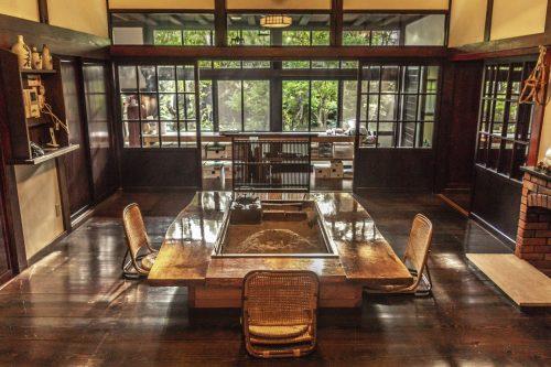 La salle à manger de l'auberge Goushikan près de Murakami dans la préfecture de Niigata, Japon
