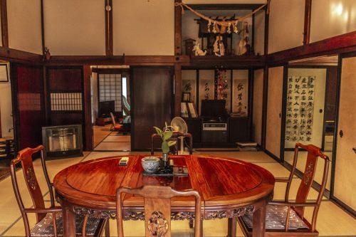 La seconde salle à manger de l'auberge Goushikan près de Murakami dans la préfecture de Niigata, Japon