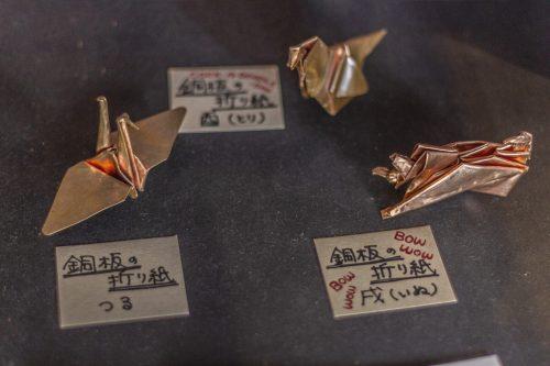 Origami en feuille de cuivre dans un atelier de sculpture et laque sur bois dans la ville de Murakami près de Niigata, Japon