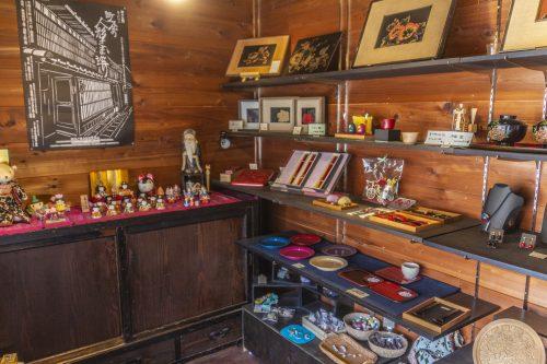 À l'intérieur d'un atelier de sculpture et laque sur bois dans la ville de Murakami près de Niigata, Japon