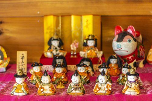 Créations exposées dans un atelier de sculpture et laque sur bois dans la ville de Murakami près de Niigata, Japon