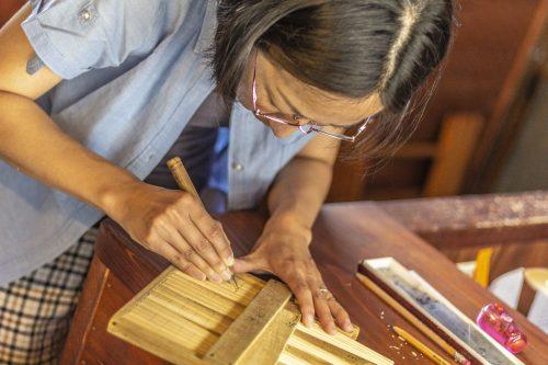 Savoir-faire artisanal dans un atelier de sculpture et laque sur bois dans la ville de Murakami près de Niigata, Japon