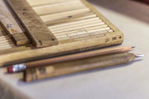 Outils utilisés dans un atelier de sculpture et laque sur bois dans la ville de Murakami près de Niigata, Japon