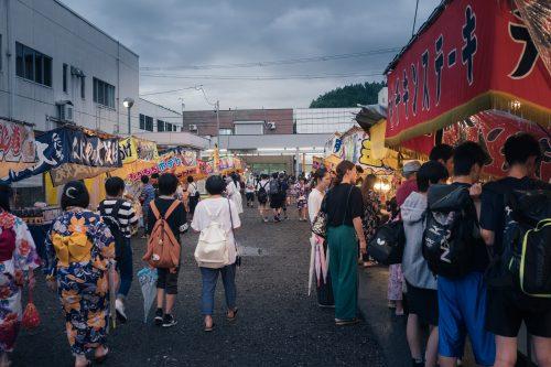Stands de street food japoanise au festival de Tanabata à Yuzawa, préfecture d'Akita, Japon