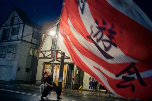 Porteur de drapeau au festival de Tanabata à Yuzawa, préfecture d'Akita, Japon