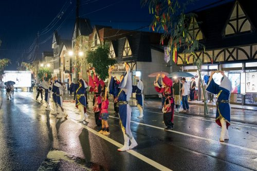 Danse traditionnelle bon odori lors du festival de Tanabata à Yuzawa, préfecture d'Akita, Japon