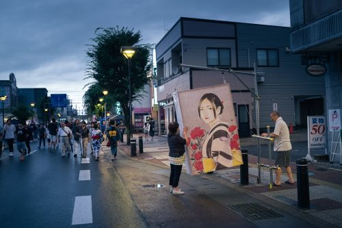 Les ruelles parées d'edoros lors du festival de Tanabata à Yuzawa, préfecture d'Akita, Japon