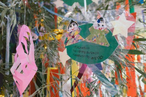 Les voeux suspendus dans les arbres au festival de Tanabata à Yuzawa, préfecture d'Akita, Japon