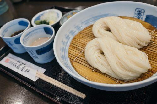 Dégustation d'Inaniwa udon à Yuzawa, préfecture d'Akita, Japon