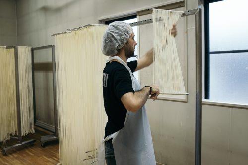 Troisième étape de confection des Inaniwa udon à Yuzawa, préfecture d'Akita, Japon
