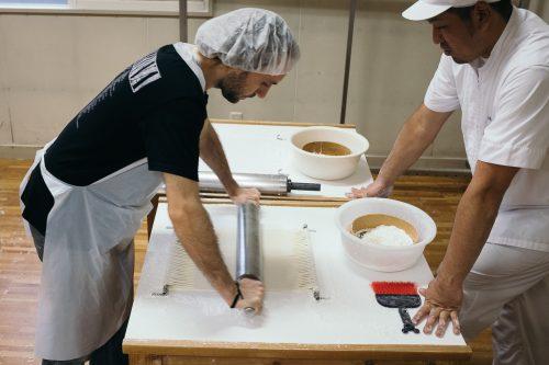 Deuxième étape de confection des Inaniwa udon à Yuzawa, préfecture d'Akita, Japon