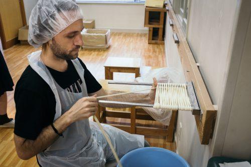 Gestes délicats et précis pour préparer les Inaniwa udon à Yuzawa, préfecture d'Akita, Japon