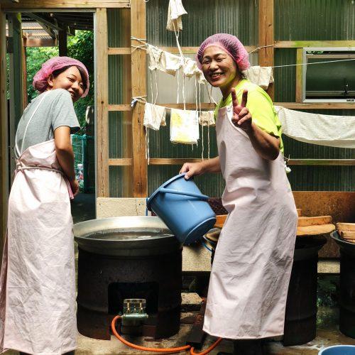 Personnel du restaurant de nagashi somen près de Toon, Ehime, Japon