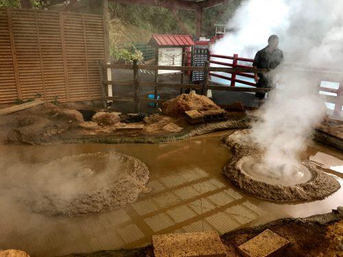 """Bain de boue dans les """"enfers"""" de la ville thermale de Beppu, préfecture d'Oita, Japon"""