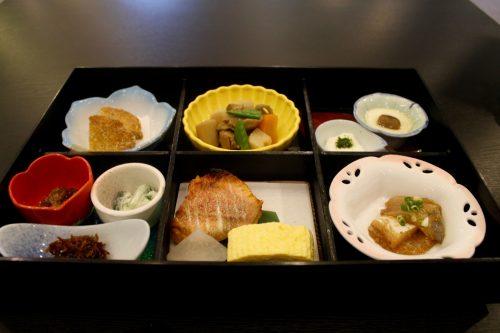Petit déjeuner servi au ryokan Kurodaya dans la ville thermale de Beppu, préfecture d'Oita, Japon