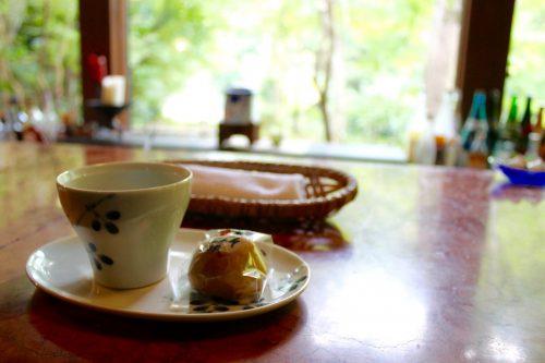 Thé vert et wagashi au Ryokan Sanso-Tensui à Amagase Onsen dans la préfecture d'Oita, Kyushu, Japon
