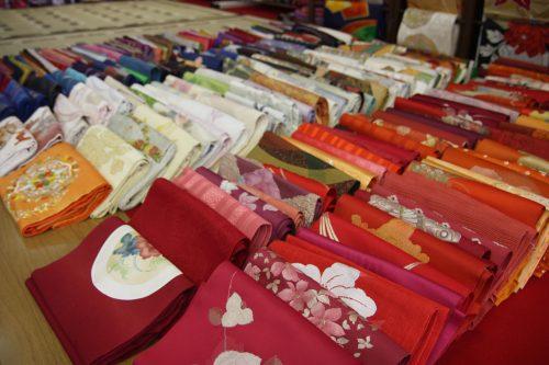 Essayer un kimono à Kitsuki, préfecture d'Oita, Kyushu, Japon