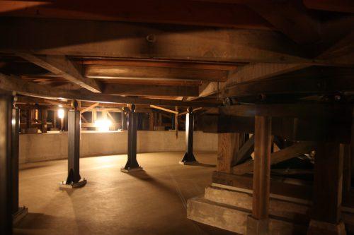 Sous la scène du Théâtre Kaho à Iizuka, préfecture de Fukuoka, Kyushu, Japon