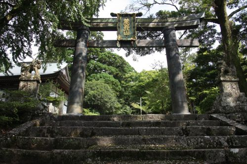 Torii de cuivre au départ de la randonnée pour le Mt Hiko, préfecture de Fukuoka, Kyushu, Japon