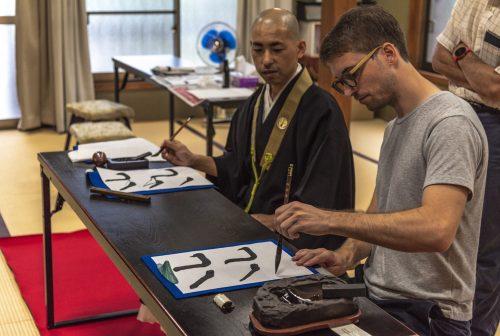 Moment zen lors d'un cours de calligraphie au temple Kofoku-ji, préfecture de Gifu, Japon