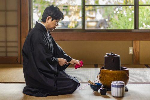 Moment zen lors d'une cérémonie du thé dans un temple bouddhiste de la préfecture de Gifu, Japon