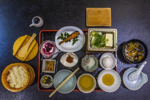 Petit-déjeuner traditionnel japonais à l'auberge Iwasu-so à Nakatsugawa, préfecture de Gifu, Japon