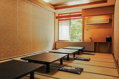 La salle du petit-déjeuner à l'auberge Iwasu-so à Nakatsugawa, préfecture de Gifu, Japon