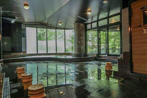 Onsen en intérieur à l'auberge Iwasu-so à Nakatsugawa, préfecture de Gifu, Japon