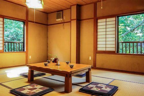 Salle à manger à l'auberge Iwasu-so à Nakatsugawa, préfecture de Gifu, Japon