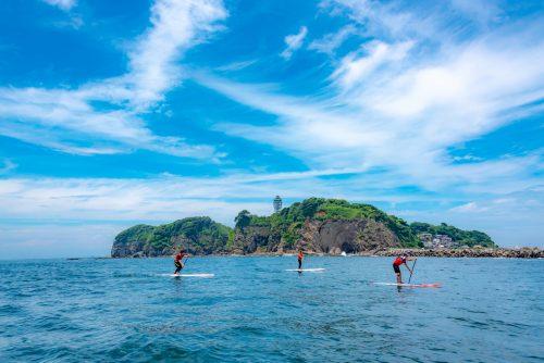 Stand Up Paddle au large d'Enoshima, près de Tokyo, Japon