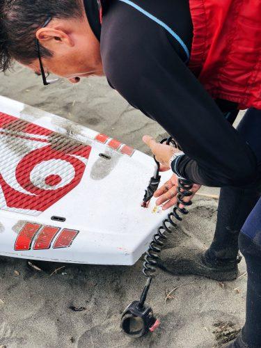 Préparation du matériel avant un cours de Stand Up Paddle à Enoshima, près de Tokyo, Japon