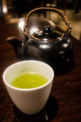 Un thé vert servi au restaurant Yunotake-an à Yufuin, préfecture d'Oita, Japon