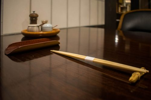Une table dressée au restaurant Yunotake-an à Yufuin, préfecture d'Oita, Japon
