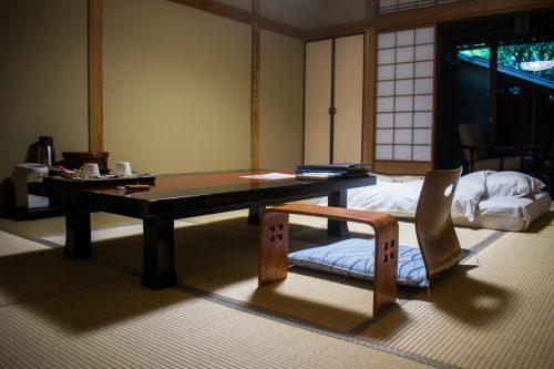 Table basse et futon dans l'une des chambre du ryokanTanokura à Yufuin, préfecture d'Oita, Japon