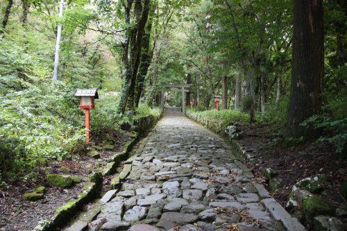 Chemin pavé menant au sanctuaire d'Ogamiyama, au pied du Mt Daisen, préfecture de Tottori, Japon