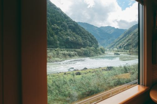 La vue depuis le train Kawasemi Yamasemi, préfecture de Kumamoto, Kyushu, Japon